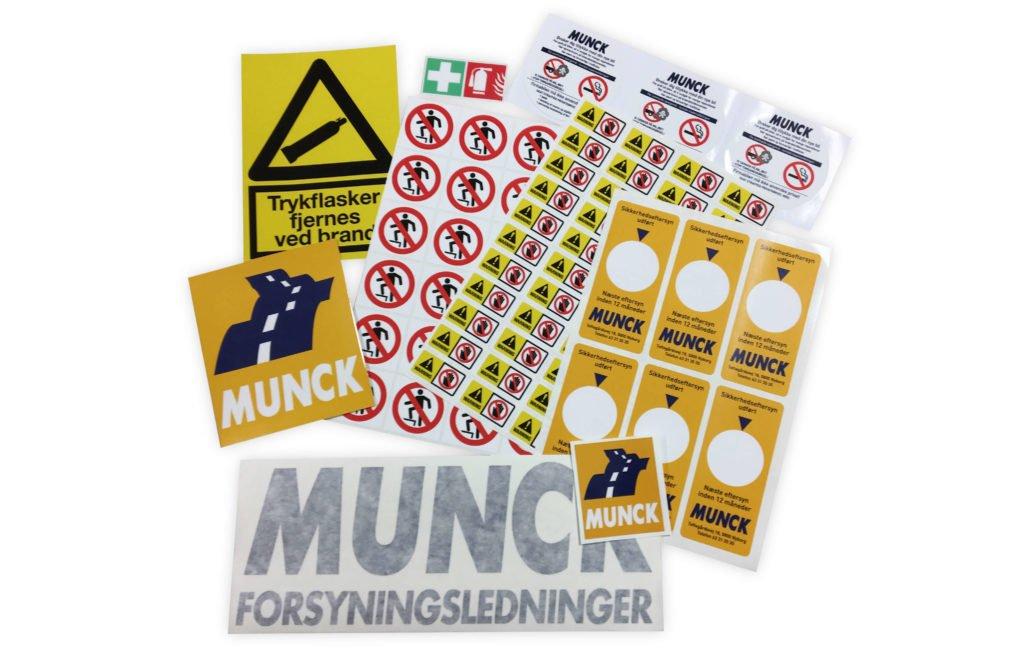 Klistermærker til MUNCK. Vejrbestandige klistermærker. Foliebogstaver. Navnetræk